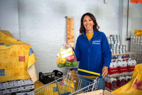 Ambassadeur Sandra Bekkari hielp donderdagochtend in de regionale Voedselbank in Mortsel en bij de voedselbedeling bij Moeders Voor Moeders in Borgerhout.