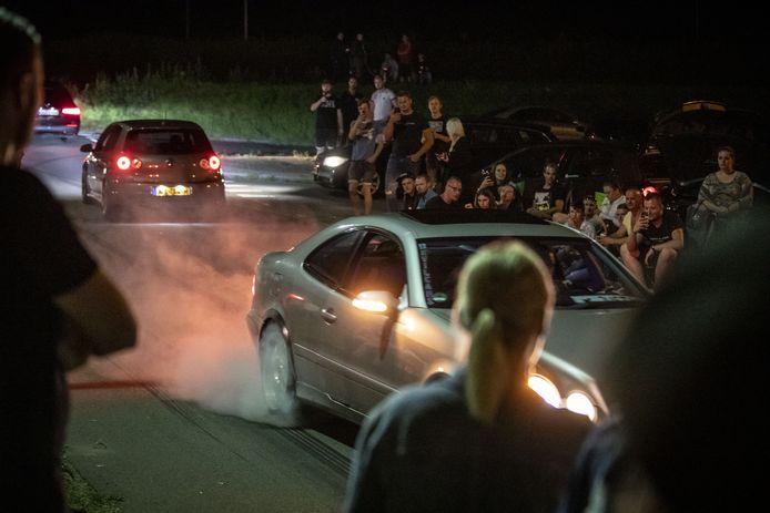 Bij de IJsbaan Twente kwamen zaterdagavond zo'n duizend autoliefhebbers samen.