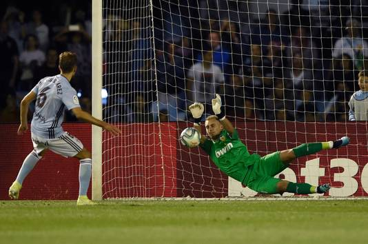 Jasper Cillessen stopt de penalty van Denis Suarez.