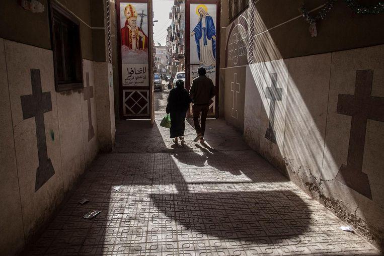 Koptische christenen lopen langs een Koptische kerk in Minya. Beeld AP