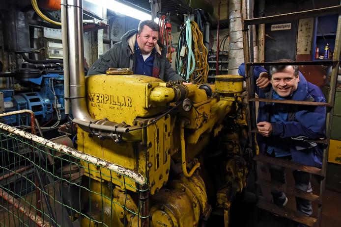 Bart Baan (links) en Kees Proost in de machinekamer van het 100-jarige wachtschip van de Bredase waterscouts, de Tsjerk Hiddes.