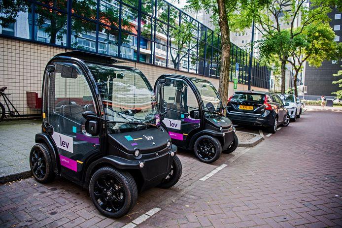 De Biro rijdt al rond in onder meer Rotterdam en Amsterdam, ze worden steeds meer gebruikt. Hier staan ze vlakbij Rotterdam Centraal geparkeerd. Foto: Frank de Roo