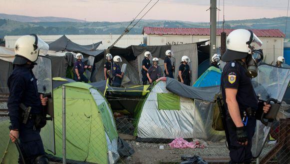 Griekse oproerpolitie bij de rellen in het vluchtelingenkamp bij Idomeni.