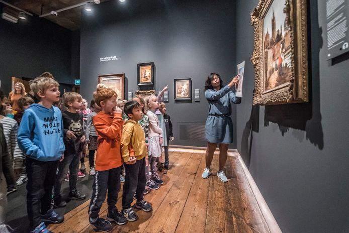 Scholieren bezoeken de Pieter de Hooch-expositie in Museum Prinsenhof.
