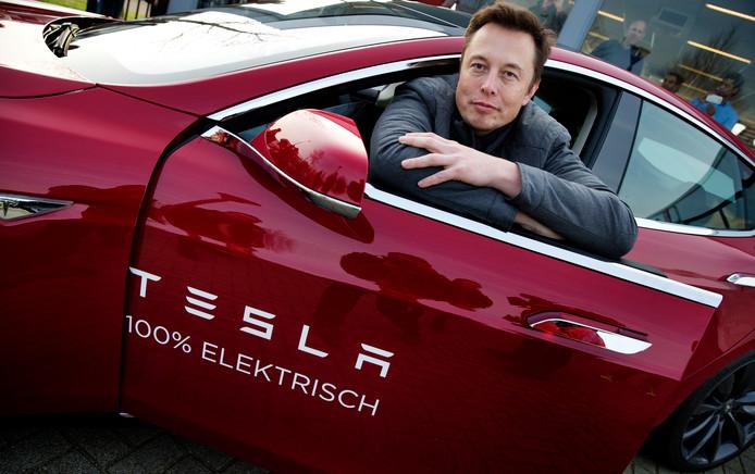 Elon Musk bij een bezoek aan Tesla's assemblagefabriek in Tilburg in 2014.