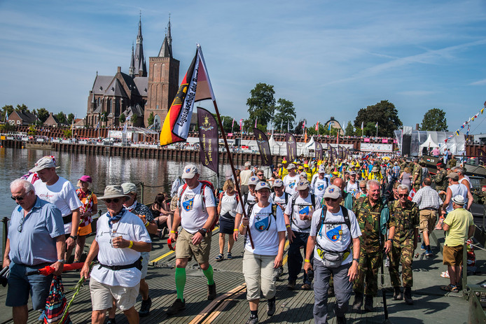 Deelnemers aan de Vierdaagse lopen komende vrijdag weer, zoals hier in 2018, over de pontonbrug van Cuijk naar Mook.
