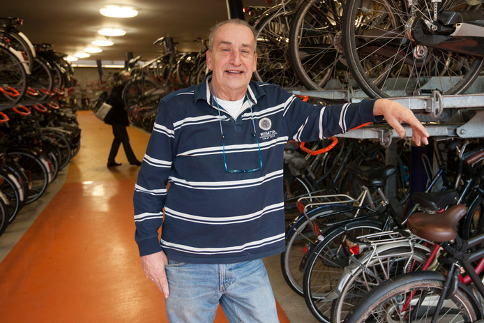 Frans Kranendijk, beheerder van de fietsenstalling op het station in Zutphen, gaat met pensioen.