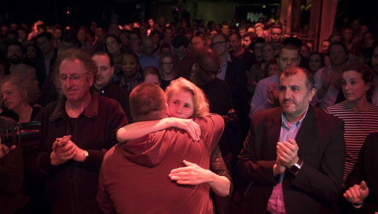 PvdA-ers omhelzen elkaar na de ongekende verkiezingsnederlaag,15 maart. Beeld anp
