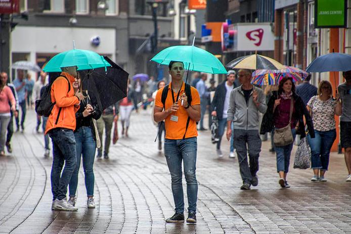 Straatverkopers in de Heuvelstraat.