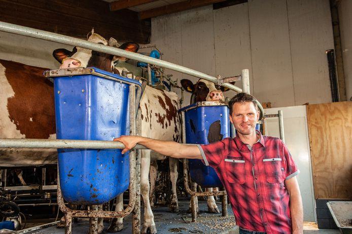 Bert-Jan Verboom bij de melkcarousel in de stal.