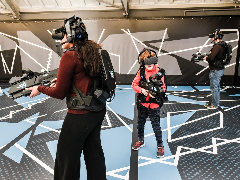 Bezoekers van Zero Latency VR in Rotterdam spelen Outbreak Origins. Beeld Simon Lenskens