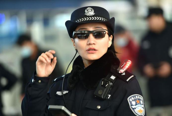 Vorige maaand testte de Chinese politie ook al slimme zonnebrillen uit bij een treinstation in Henan.