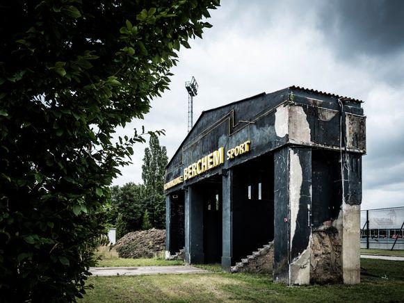 Ludo Coeckstadion - De oude toegangspoort tot het Ludo Coeckstadion. Voor mij heeft deze foto een grote sentimentele waarde. Als kind woonde ik mijn eerste twee levensjaren in de buurt van het stadion, maar daar herinner ik mij geen sikkepit van. Op mijn twaalfde begon het voetbal mij alsmaar meer te boeien en op een weekavond in april 1973 reed ik met mijn vader naar het stadion. Berchem-Lierse, de eerste match bij kunstlicht. Een zitje kostte 5 euro, een hot dog een halve euro. Het werd 3-3 na een ware spektakelmatch. Nadien gingen we soms met het hele gezin kijken. Op zondagmiddag naar de toppers tegen Anderlecht en Standard. Altijd volle bak, altijd folklore. Intussen ben ik lange tijd vervreemd van de club maar mijn liefde voor het Rooi, zoals het stadion in de volksmond wordt genoemd, is gebleven. Ook al is de sloophamer al enkele keren langsgeweest.