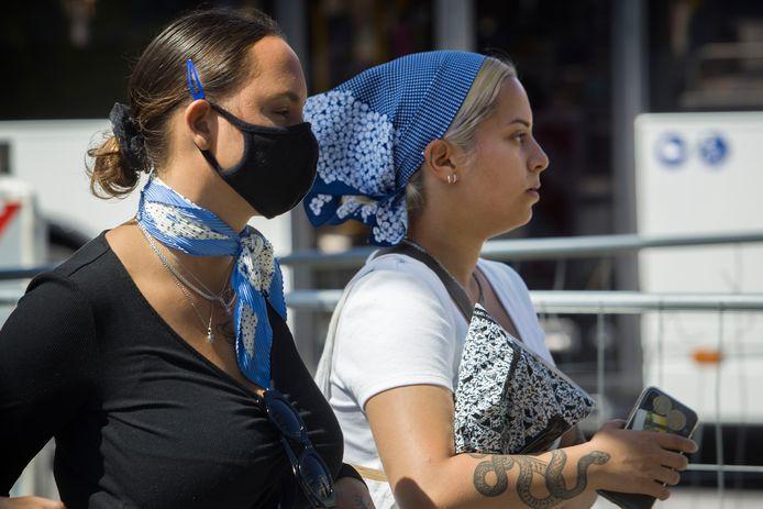 In Nederland zijn mondmaskers in het openbaar vervoer verplicht. In België in overdekte, openbare ruimten.