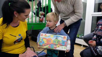 ToverBlokjes vzw deelt op kerstavond lego uit in ziekenhuis