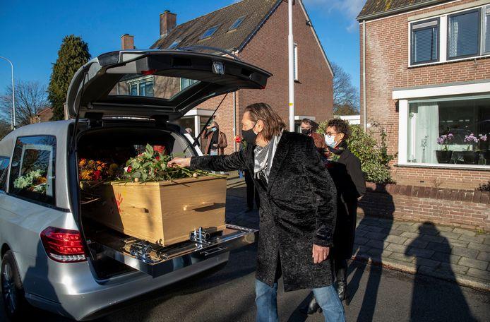 Vrienden en bekenden nemen met een  coronaproof erehaag afscheid van de overleden bekende Wageningse bluesmuzikant Jaap Meurs