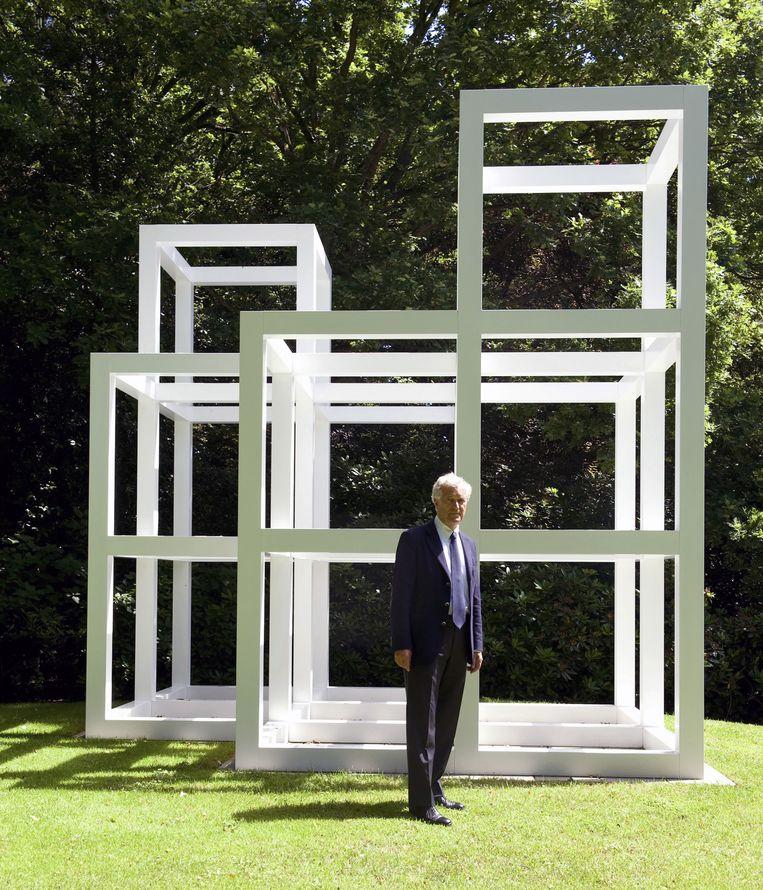 Joop van Caldenborgh bij de sculptuur 2x2x7 van Sol LeWitt in zijn tuin in Wassenaar. Beeld Andrea Wyner/The New York Times/