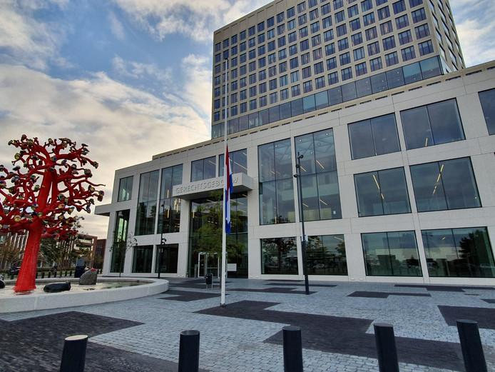 Bij het gerechtsgebouw in Breda hangt de vlag halfstok, ter nagedachtenis aan de omgebrachte advocaat Derk Wiersum.