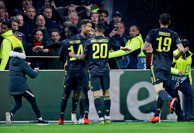 Nadat Ronaldo de 0-1 gescoord heeft in de wedstrijd Ajax-Juventus, wordt hij met bier bekogeld en loopt er ook plots een jongen met mobiel het veld op die door een steward wordt afgevoerd.