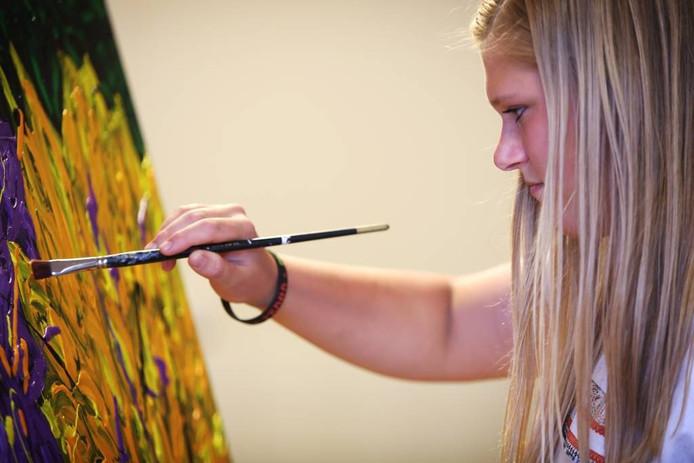 Een groep schilders maakt in De Trapkes schilderijen die binnenkort het buurthuis gaan sieren. Carmen de Jong is met haar zestien lentes de jongste deelnemer aan de expositie. foto Ramon Mangold/ Pix4Profs