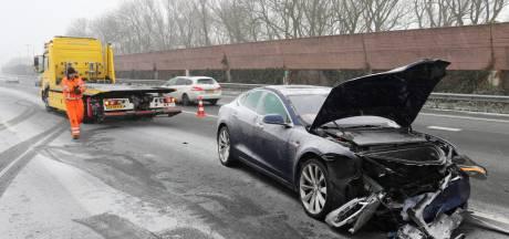 Slippartij op A12: Tesla knalt op vrachtwagen