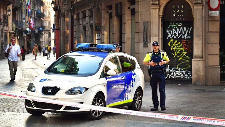 Een politieagent bij een afzetting in Barcelona. Beeld anp