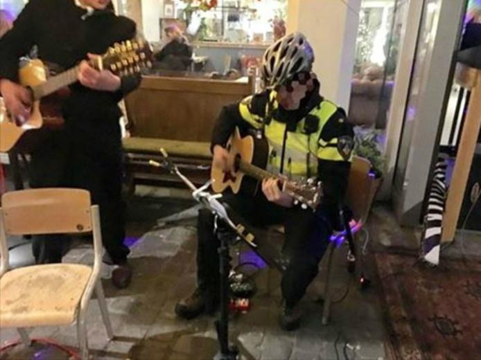 De politiebiker is aangeschoven voor het goede doel.