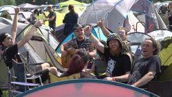 'Kamp Heftig' bouwt aanstekelijk meezingfeestje op camping Graspop