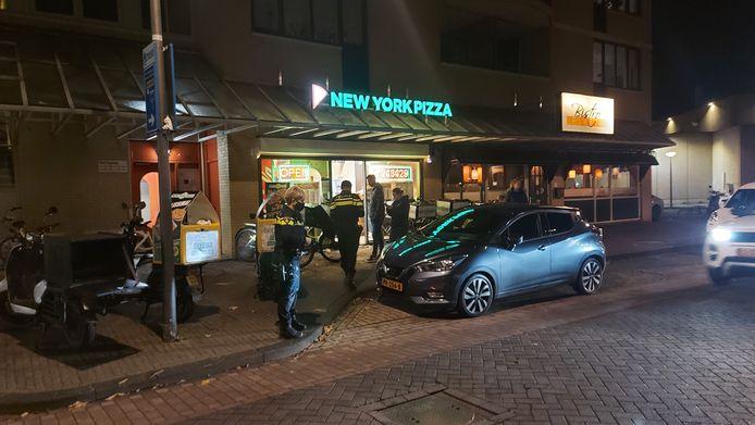 Politie bij de overvallen pizzeria in Lelystad.