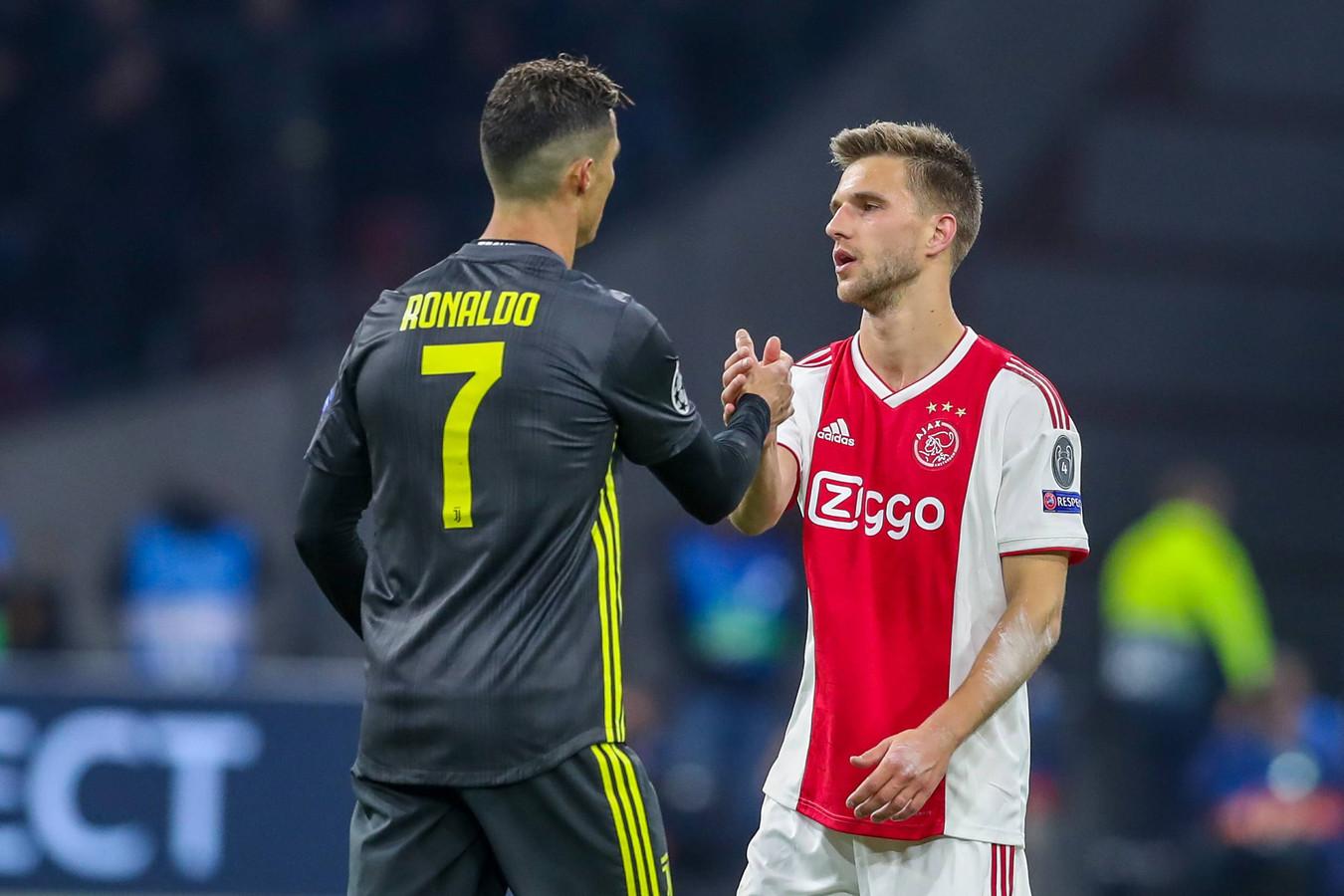 Joël Veltman schudt zijn directe tegenstander Cristiano Ronaldo na afloop de hand.
