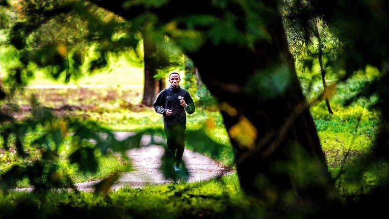 Rembrandtpark - Abdi Nageeye (28) loopt zich los in de aanloop naar de marathon van Amsterdam, die hij zondag als tweede Nederlander onder de 2 uur en 9 minuten hoopt af te leggen. Beeld Klaas Jan van der Weij
