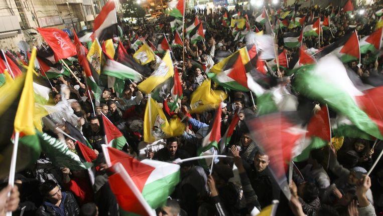 De Palestijnen gaan de straat op om hun nieuwe VN-status te vieren. Beeld epa