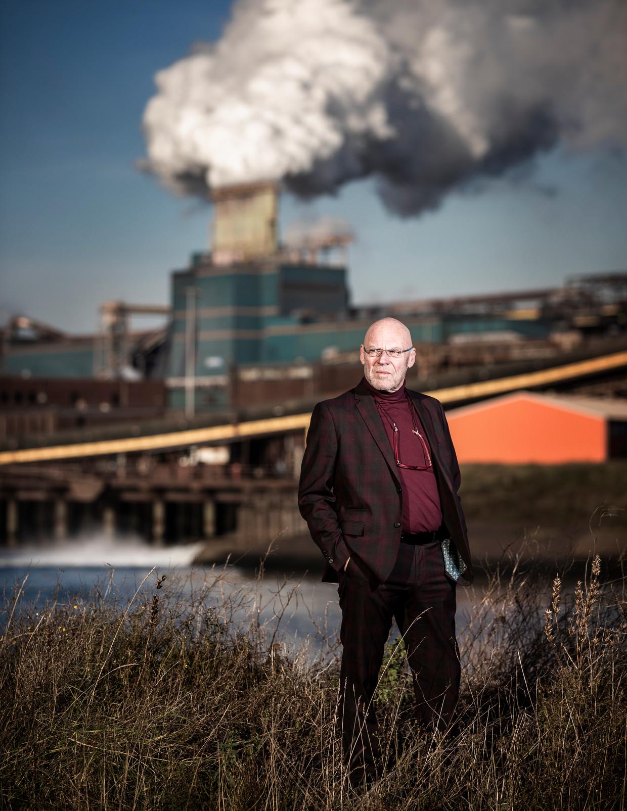 Amateurfotograaf Dirk Jan Prins, die lozingen van Tata Steel fotografeert. Beeld Jiri Büller
