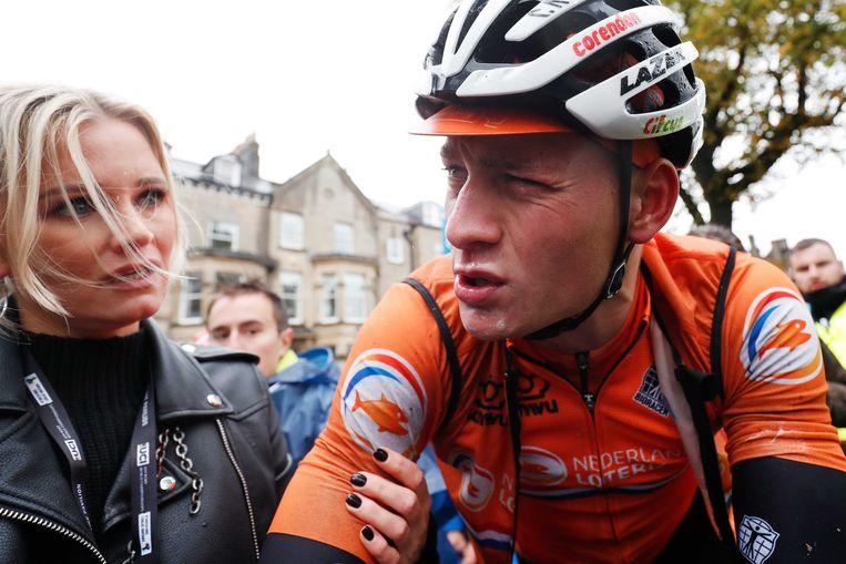 Mathieu van der Poel met zijn vriendin na de wegwedstrijd van de elite-mannen op het wereldkampioenschap wielrennen.