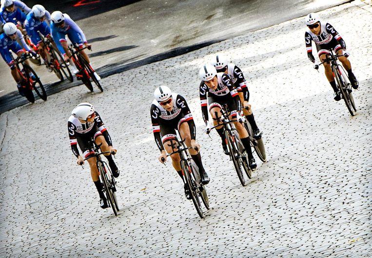Sunweb, met Lucinda Brand (links), Ellen van Dijk (tweede van links) en Floortje Mackay (midden), heeft het Franse FDJ ingehaald en wordt wereldkampioen tijdrijden voor teams. Beeld Klaas Jan van der Weij / de Volkskrant