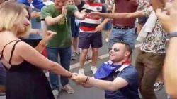 VIDEO: Frans huwelijksaanzoek na WK-titel loopt af met een sisser