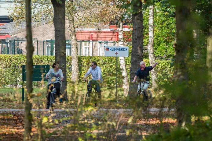 Wie nietsvermoedend fietst, wandelt en geniet van de oktoberzon bij de bossen bij Altrecht in Den Dolder, ziet niets meer van de massale zoektocht die vorige week maandag begon in deze bossen.