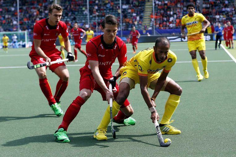 Felix Denayer (L) probeert de bal te ontfutselen van Sunil Sowmarpet Vitalacharya (R)