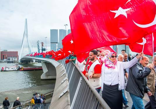 Honderden aanhangers van Erdogan gingen vorig jaar juli de straat op om hun steun te betuigen aan de president na de mislukte staatsgreep.