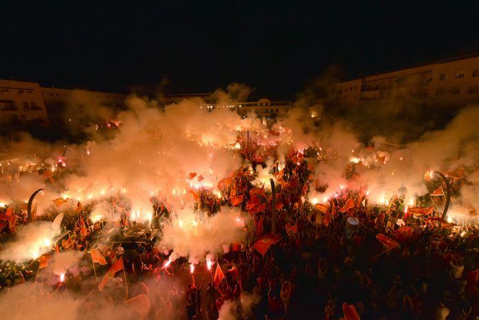 Betogers met lichttoortsen tijdens het protest in Podgorica, Montenegro gisteravond.