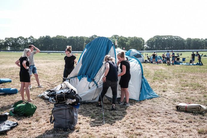 Het is altijd even puzzelen hoe de tent opgezet moet worden.