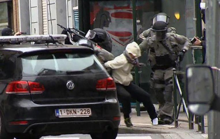 Een beeld van de arrestatie van terrorist Salah Abdeslam op 18 maart 2016 in Brussel.