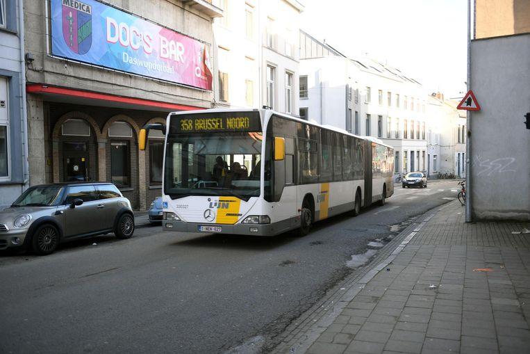 Een lijnbus rijdt door de Brusselsestraat in Leuven. Dit beeld suggereert op geen enkele manier dat deze chauffeur te snel zou rijden.