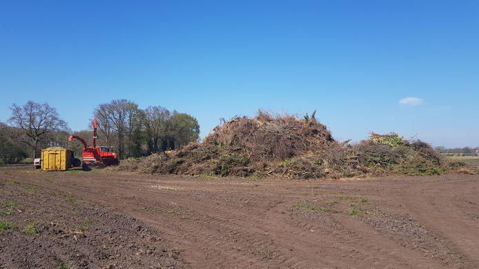 Het hout van het paasvuur in Winterswijk-Meddo wordt versnipperd.