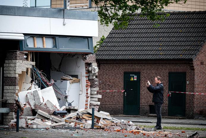 Nog maar net een week geleden werd Waalwijk opgeschrikt door een zware explosie waar bij een plofkraak op een geldautomaat de gevel van het pand zwaar beschadigd raakte.