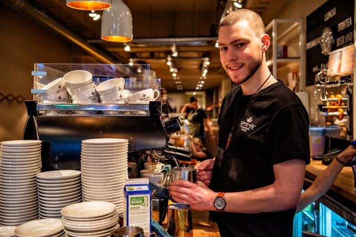 Matthijs aan het werk als barista in Zwolle