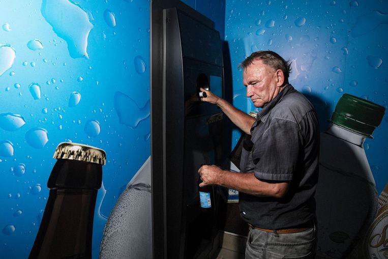 Manfred levert zijn verzamelde flessen in bij de Pfandautomat Beeld Daniel Rosenthal