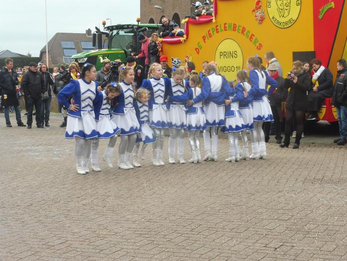 Dansmarikes geven een show weg in afwachting van de carnavalsoptocht in Velddriel.