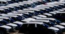 Nieuwe Volkswagens afgelopen week nabij de fabriek in het Duitse Zwickau. Naar verwachting duurt het langer dan normaal voordat de auto's straks verkocht zijn.