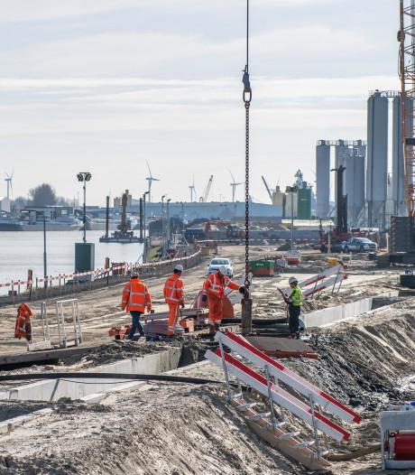 De bouw van de Nieuwe Sluis in Terneuzen vordert haast geruisloos